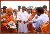 Shri Naveen Patnaik (Chief Minister of Orissa) and Swamishri  untie the thread and inaugurate  Banipat