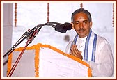 The king of Jagannathpuri-Gajapati Shri Divyasinhdev Maharaj-addresses the assembly