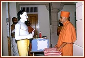 Swamishri observes the murtis to be installed in the mandir sanctum