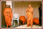 Swamishri sings the evening arti and ashtaks
