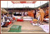 Swamishri performs the concluding rituals of the shilanyas ceremony
